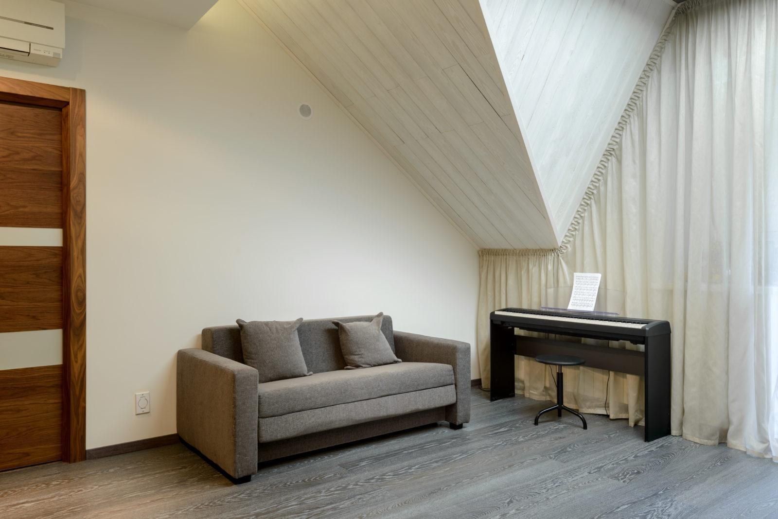Дизайн интерьера гостиной в коттедже ( Черных )